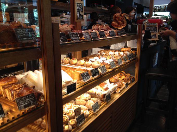 朝から大人気。こだわりの天然酵母パンがずらりと並ぶ「沢村」(中軽井沢・星野エリア)