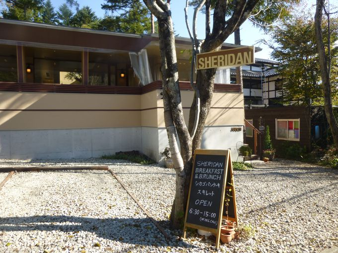 森の中の人気店シェリダン。ハイシーズンや土日は予約がベスト。
