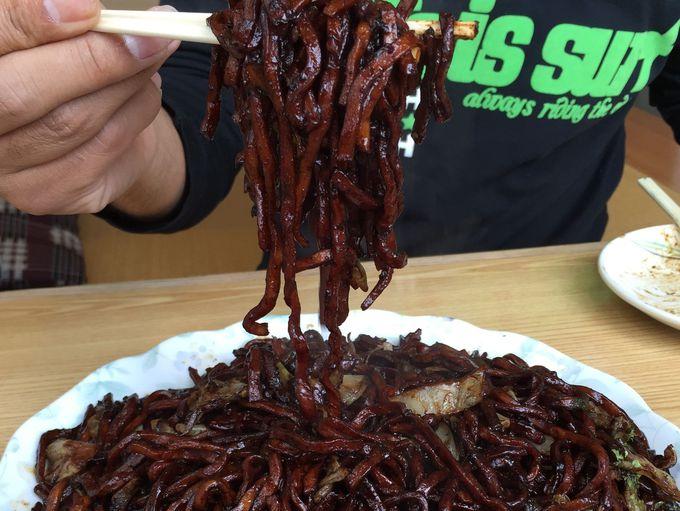 太い麺に甘めのソースがよくからむ。やみつきになる味!