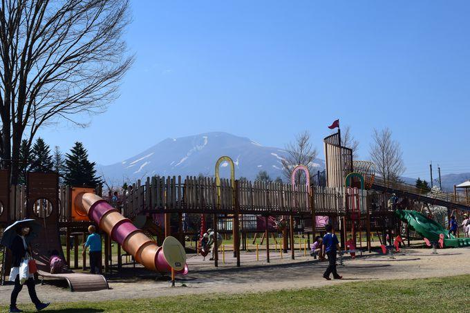 充実の遊具の「湯川ふるさと公園」と、ご当地スーパー「ツルヤ軽井沢店」