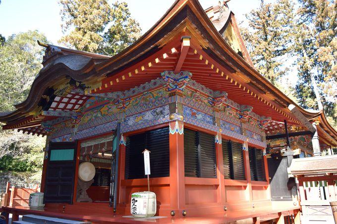 華麗な装飾。極彩色の拝殿と本殿