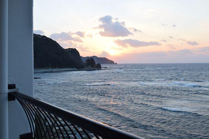 海を感じるホテルステイ。夏は海水浴やプール。冬は美しい夕日を