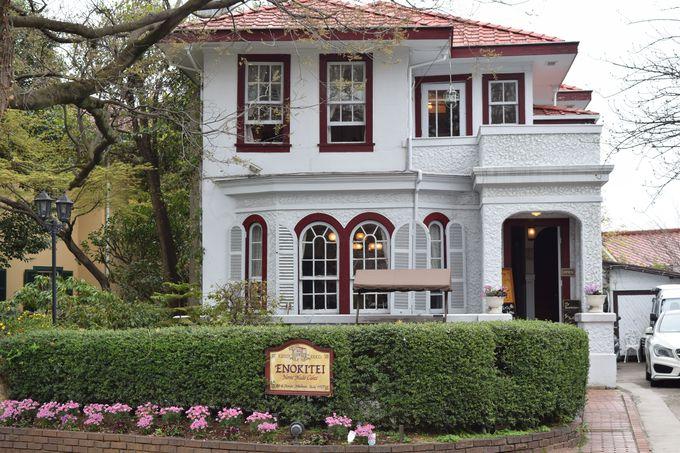 赤と白の可愛い外観が目印。歴史ある英国式洋館