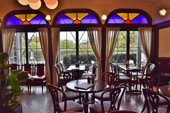 内部はステンドグラスにアンティークな家具