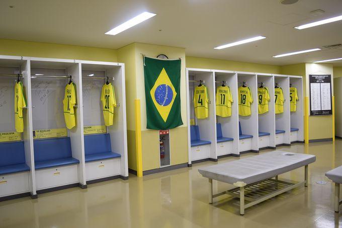 優勝チーム・ブラジル代表のロッカールーム。レプリカユニフォームに、選手のサインも!