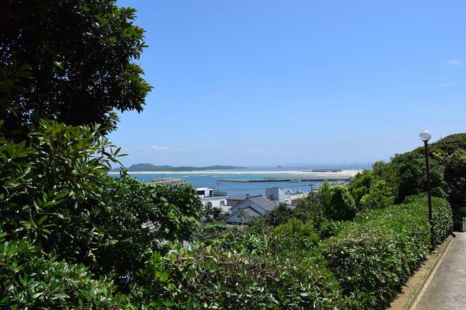山の中腹にある志賀海神社。参道から見えるのは、美しい海