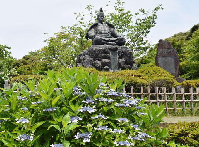 あじさいに囲まれる源頼朝像。史跡も多い源氏山公園