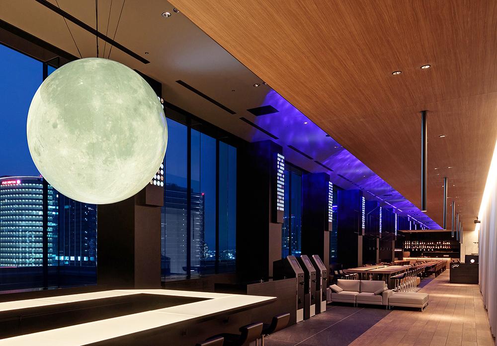 大きな月のオブジェが印象的なロビー&シェアスペース