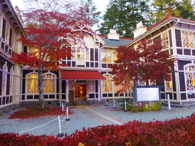 歴史ある建物と紅葉のコラボレーション「旧三笠ホテル」