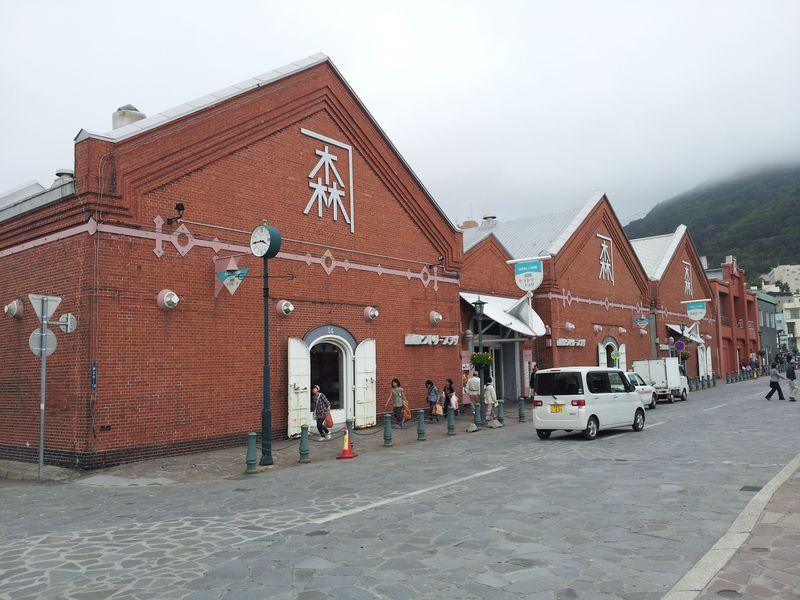 港町・函館で明治時代の面影を残す「金森赤レンガ倉庫群」を歩く
