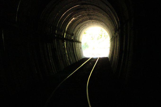 スリル満点、トンネルは真っ暗!