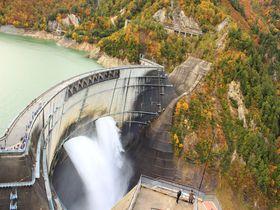 絶景!秋の「黒部ダム」で、観光放水と紅葉を一緒に楽しもう!