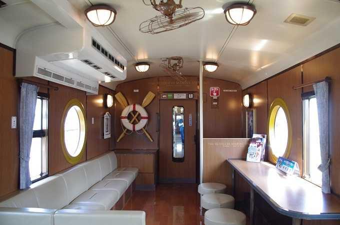 船をイメージしたブルーを基調とした外装と、レトロで上品な内装が麗しく、旅情たっぷり!