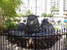 ハワイの有名エリアの穴場パワスポ?「ウィザード・ストーン(ワイキキの魔法石)」