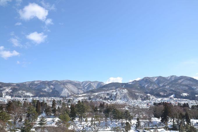 天守閣からは雪に覆われた会津城下を一望。