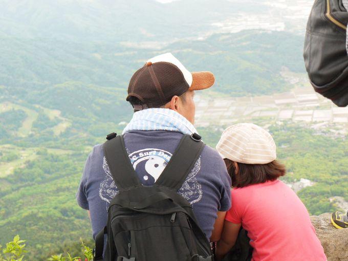 ちょっと怖いが楽しい!筑波山の尖端で記念撮影