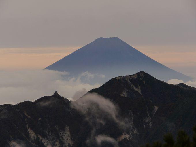 富士山を背景に甲斐駒ヶ岳から見えるぜいたく過ぎる世界!