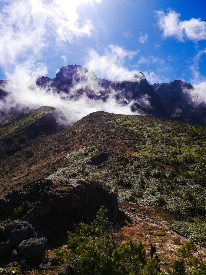 噴煙撒き散らす焼岳の生きた風景