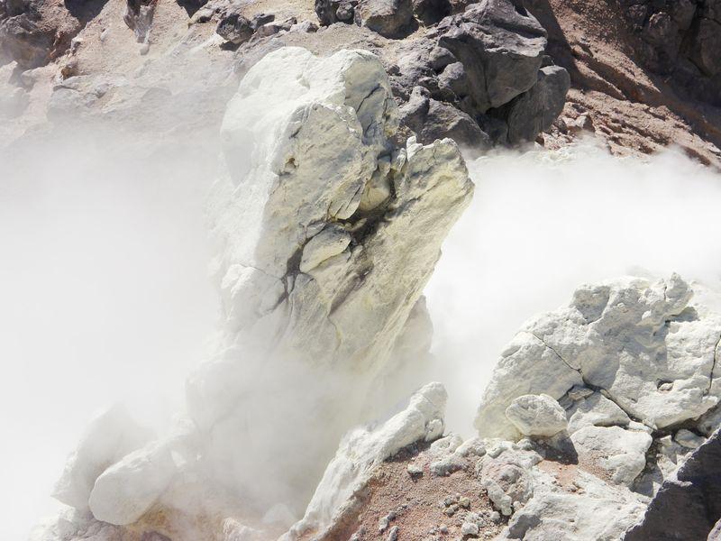 焼岳のエメラルドグリーンに輝く火山湖・正賀池
