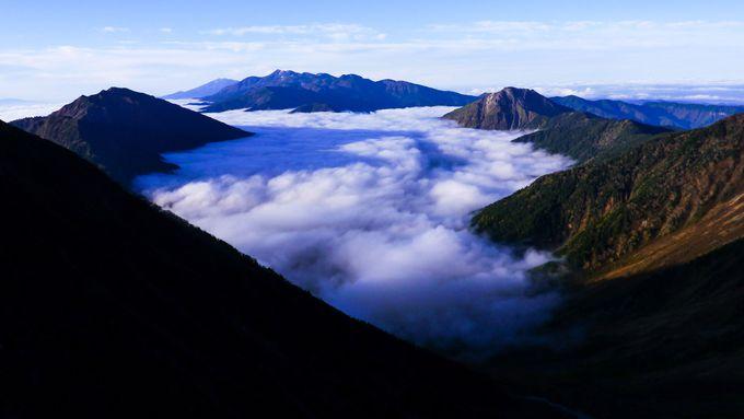 重太郎新道から見る「乗鞍岳、焼岳、霞沢岳」と雲海の面白い進み方
