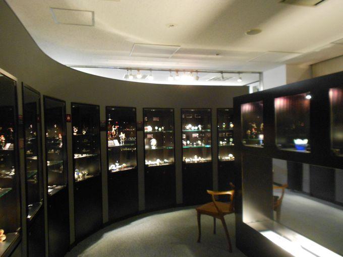 展示スペースでは、歴史の紹介・国内外代表作家作品常設展示・企画展示など約2000点の作品を展示