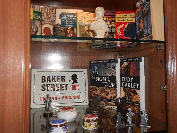 シャーロキアン必見!シャーロック・ホームズのパイプたばこや小説内に登場する小物が展示