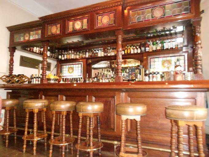 アンティークの重厚なバーカウンターが魅力♪1Fは17時から英国式バーに変身。