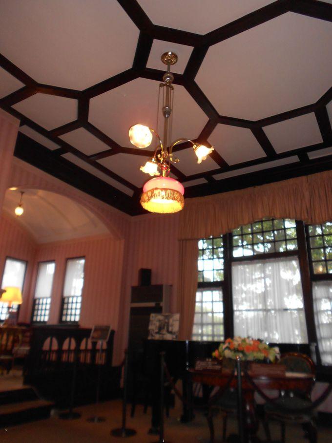 1階の居間のシャンデリアや応接間の天井の模様に建築当時の風情が感じられる