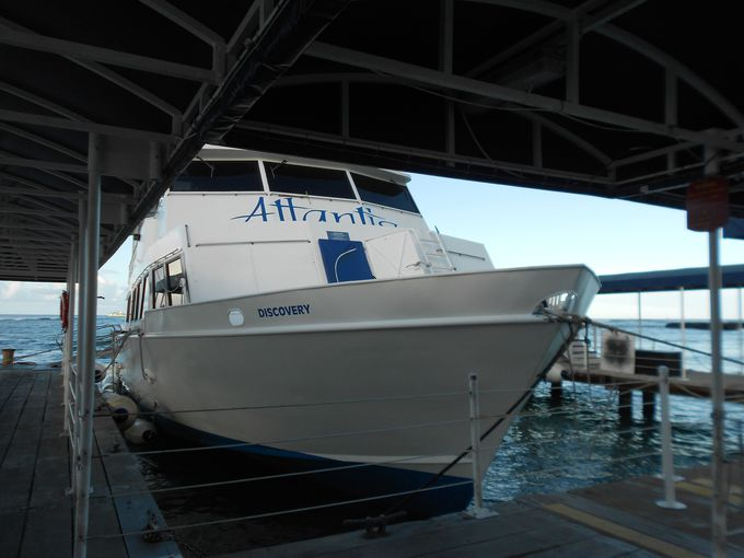 沖合に停泊しているサブマリンまでは、約10分シャトル・ボートに乗船