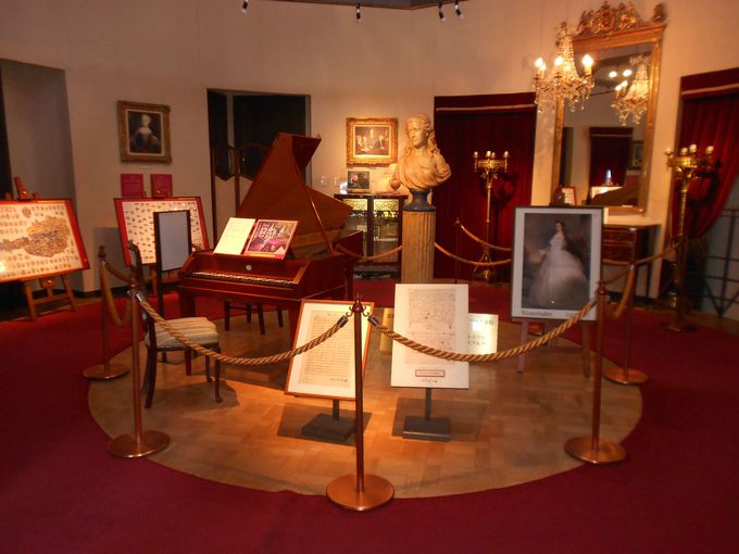 2階の部屋には、モーツァルトが作曲するときに使った「フォルテ・ピアノ」の複製が展示