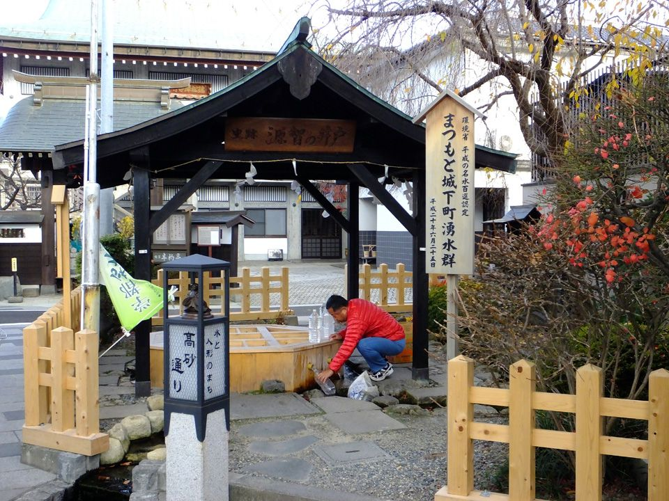 日本で名だたる名水の地、松本で、湧水を巡る小旅行を楽しむ