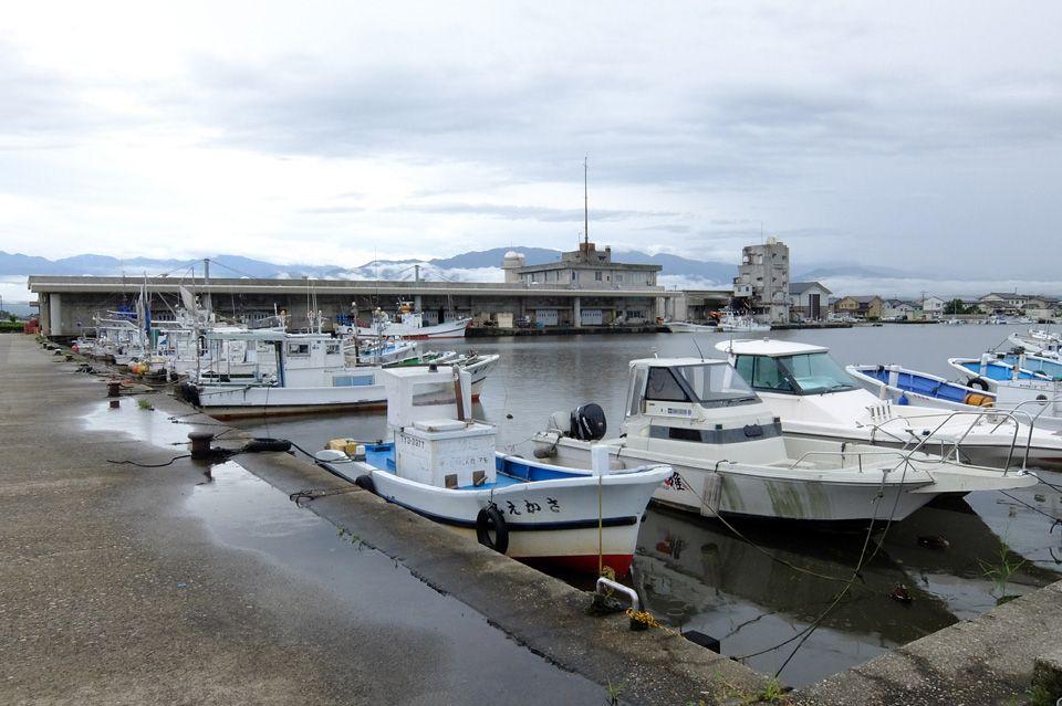 隣にあるのは新鮮な魚の供給基地、黒部漁港