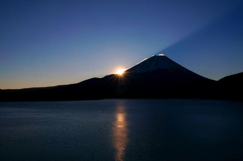 千円札に描かれた富士山のモデル「本栖湖」