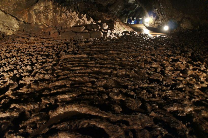 探検気分も味わる溶岩洞穴「西湖コウモリ穴」
