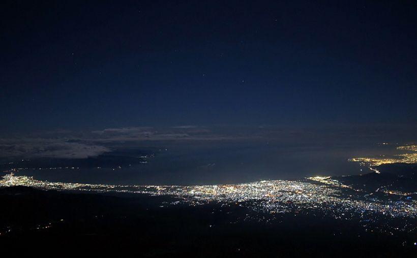 広範囲の夜景と満天の星空