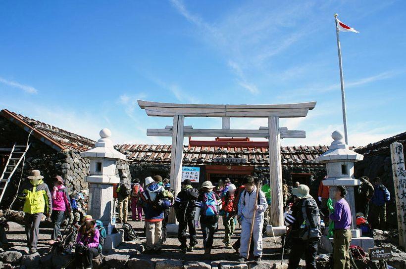 山頂に鎮座する富士山本宮浅間大社奥宮