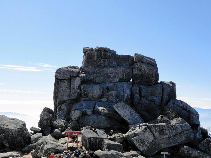 山頂のシンボル!ご神体の五丈石は圧倒的な存在感!