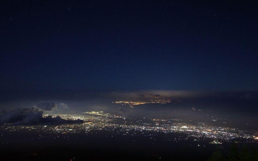 広範囲にわたって煌めく夜景はお勧め!