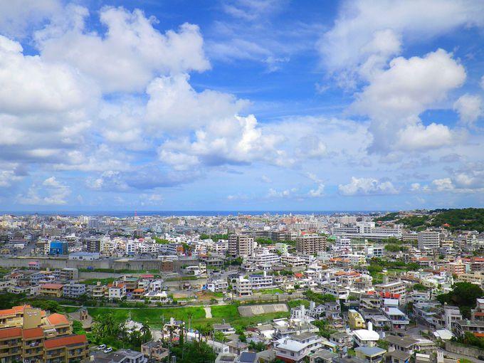 首里の丘から見下ろす青い海