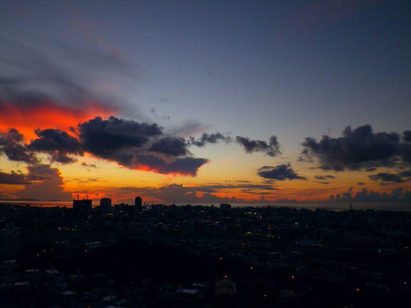 日没直後、慶良間の海が真っ赤に染まる