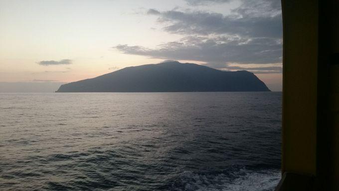 朝6:00、いよいよ御蔵島に到着!港からイルカが見えることも!