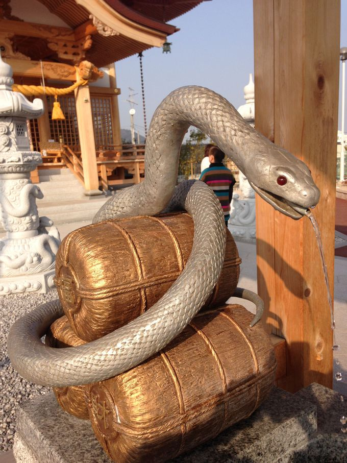 金運の象徴「白蛇神社」