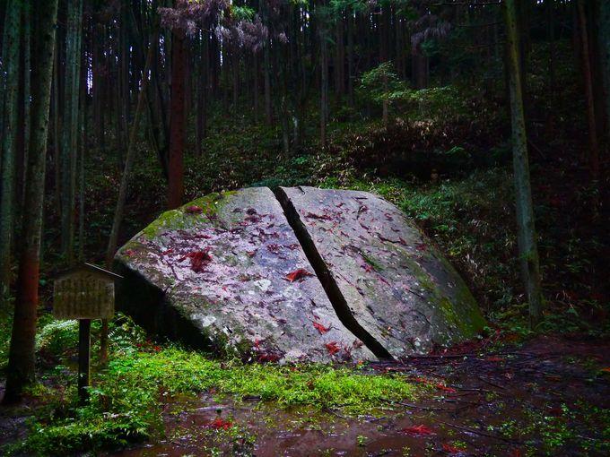 まさに一刀両断!高さ約2.5m、幅7mの巨大な奇岩「一刀石」