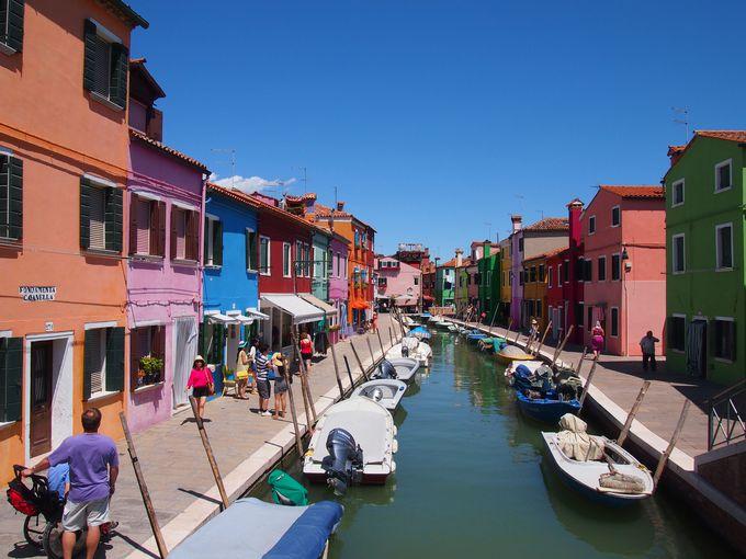 陽気な街のカラフルな色どり、ブラーノ島