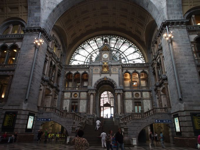 街の入り口、華麗なアントワープ駅