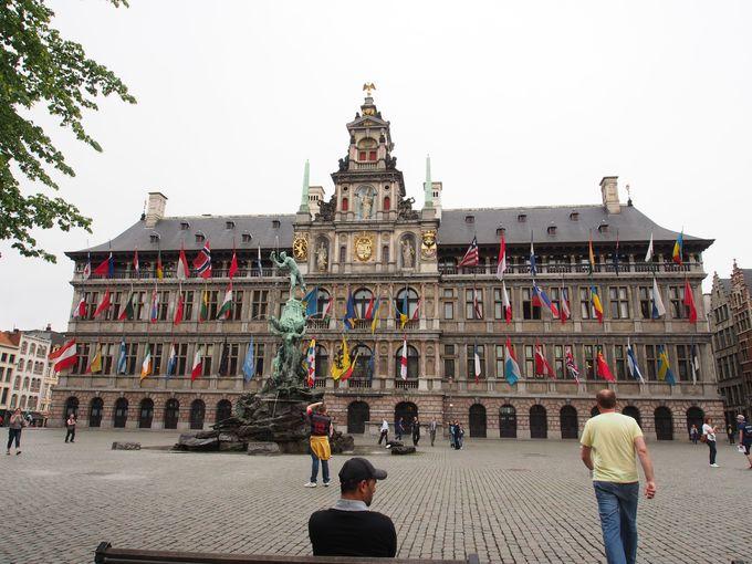 街の名の由来とルネッサンス建築の市庁舎