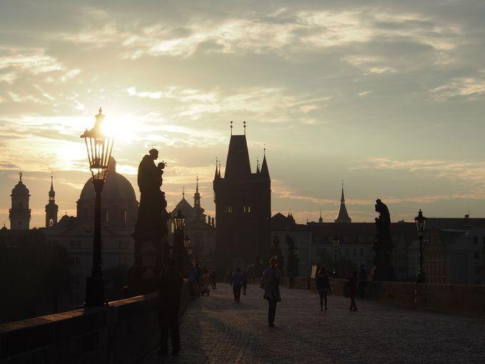 カレル橋に訪れる朝、浮かび上がる彫刻たち