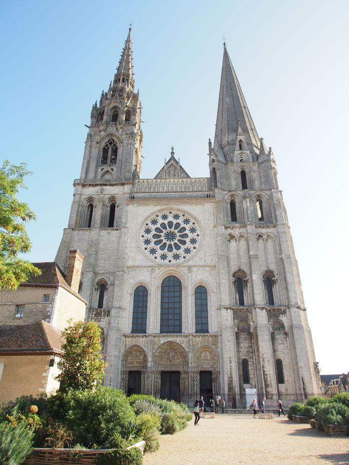 見て驚き!2様式の尖塔を持つ教会