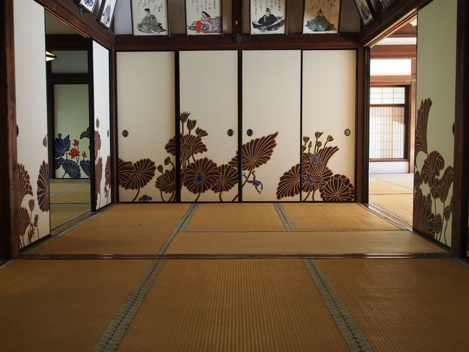 現代美の空間。華頂殿の蓮の襖絵