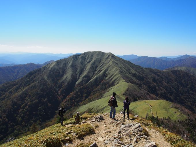剣山山頂から見た、絵にかいたような山「次郎笈」